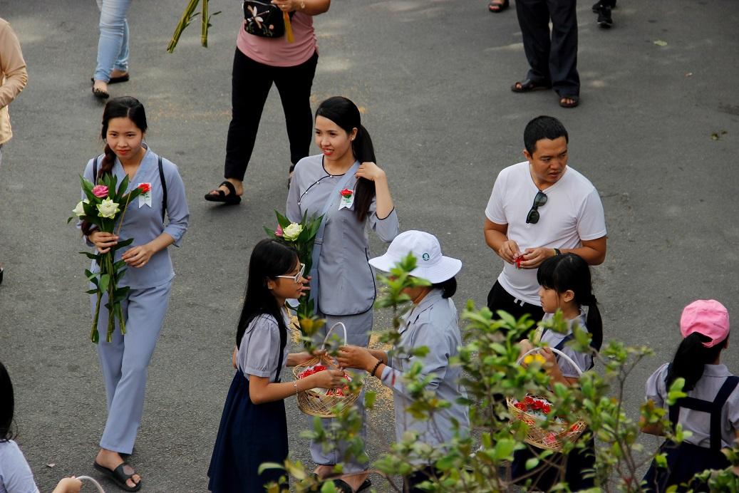 Những người còn cha mẹ cài bông hồng đỏ như một lời nhắc nhở rằng mình vẫn còn cả cha và mẹ.