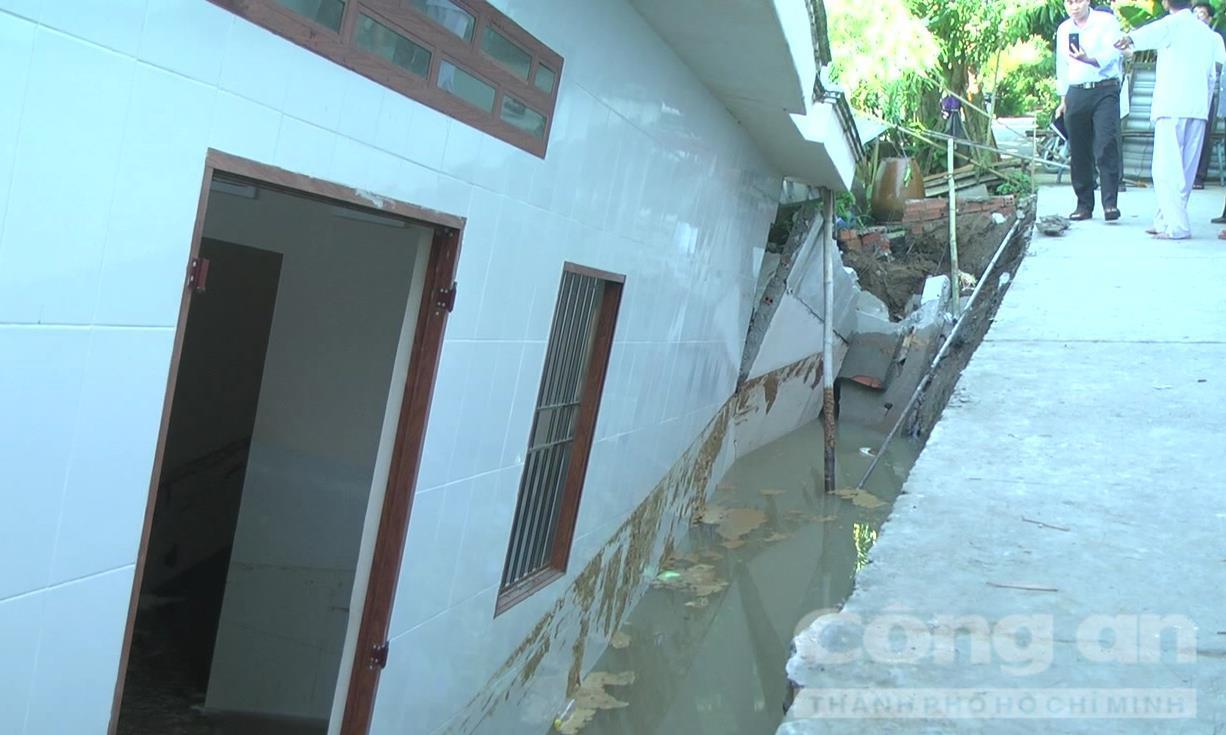 Ngôi nhà chìm xuống sông trong đêm