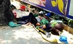 Chạnh lòng với giấc trưa mệt nhoài của công nhân trên đường phố Sài Gòn