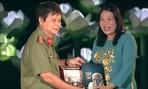 Tặng kỷ vật của Nguyên trưởng ban TTVH Trung ương Trần Trọng Tân cho khu di tích Nghĩa trang Hàng Dương