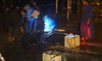 Chồng tử vong, vợ bị thương do dây điện sà xuống đường vì mưa lũ