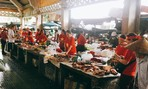 Tiểu thương nhuộm đỏ màu cờ sắc áo cổ vũ tuyển Việt Nam trong lũ