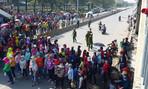 Công nhân tiếp tục tụ tập phản đối cách tính lương, quốc lộ 1K 'tê liệt'