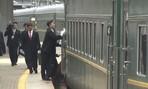 Clip cận vệ chạy theo đoàn tàu chở ông Kim ở Nga để lau cửa