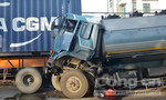 Xe bồn chở xăng húc đuôi xe container, tài xế thoát chết