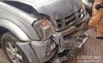Giao thông hỗn loạn do xe bán tải mất lái lao vào nhà đối điện.