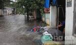 """Sau mưa, người dân Bình Dương lại """"bơi"""" trên đường"""