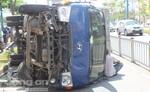 Xe tải lật nhào trên đại lộ Võ Văn Kiệt
