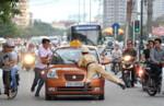 Xô đẩy với Cảnh sát trật tự cơ động để lấy xe vi phạm tẩu thoát