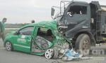 Xe tải tông nát đuôi taxi, 4 người trọng thương