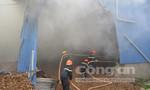 Kho gỗ bốc cháy ngùn ngụt, hơn 100 chiến sĩ trắng đêm chữa cháy
