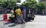 Bia lênh láng trên mặt đường QL50 do xe tải bị lật