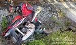 Tàu hỏa tông xe máy văng ra khỏi đường ray