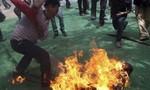 Ghen tuông, chồng tưới xăng đốt vợ giữa đường
