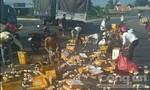 Hàng ngàn lon nước ngọt đổ ra đường, người dân thu gom giúp tài xế