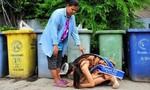 Xúc động hoa hậu Thái Lan quỳ gối trước mẹ