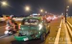 Ô tô 4 chỗ húc đuôi taxi, 1 hành khách bị thương