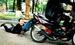 Xin đi nhờ xe, người đàn ông ngồi sau bóp cổ cướp xe máy