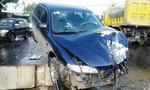 Xe tải đâm đuôi xe 4 chỗ nát bét, 5 người may mắn thoát chết
