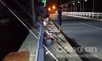 Thanh niên vô tư tụ tập câu cá trên cầu