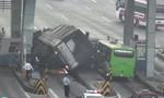 Xe tải tông sập 2 cabin thu phí trên cao tốc Trung Lương