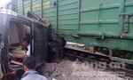 Hà Nội: Xế hộp lao vào tàu hỏa, bốn người bị thương