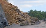 Hàng trăm khối đất đá vùi lấp con đường nối liền hai thị xã