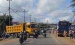 Xe tải mất lái gây tai nạn liên hoàn, xe khách Sao Mai rớt nát phần đuôi