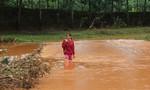 Hàng trăm hộ dân bị cô lập vì cây cầu huyết mạch chìm trong nước