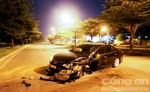 Tông gốc cây, Toyota Camry nát đầu, tài xế nhập viện