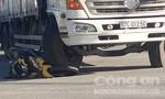 Xe tải cán xe máy, 1 người thoát chết