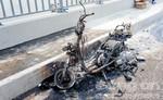 Xe máy cháy trơ khung trên cầu Sài Gòn