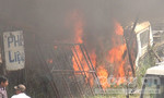 Bãi phế liệu ô tô cháy ngùn ngụt giữa trưa