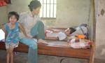 Nghẹn lòng cảnh hai chị em sống trong nghèo đói, ngất xỉu trên đường đi học