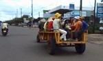 Xe công nông tự chế chở người không thua kém xe khách