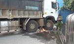 Xe tải cuốn xe máy, 1 người chết, 1 người trọng thương