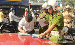 Đội CSGT Bàn Cờ ra quân xử phạt xe ô tô dừng, đỗ sai nơi quy định