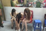 Đột kích hai tiệm hớt tóc tổ chức kích dục cho khách