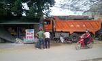 Mất lái, xe tải tông vào 2 nhà dân