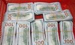 Hải quan sân bay Tân Sơn Nhất phát hiện nữ hành khách mang 90.000 USD trái phép