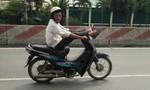 Lái xe mô tô bằng chân trên quốc lộ 1A khiến nhiều người hoảng vía