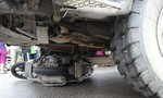 Hai phụ nữ bị xe tải kéo lê dưới gầm, một người chết thảm
