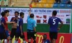 Trọng tài Việt Nam bị cầu thủ nước ngoài đuổi đánh