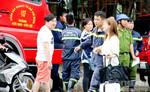 Hàng chục cảnh sát PCCC giải cứu cô gái Hàn Quốc leo cửa sổ tự tử