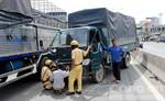 Bốn xe tải tông liên hoàn, tài xế kẹt trong cabin