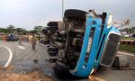 Giải cứu tài xế kẹt trong cabin xe container lật ngang đường