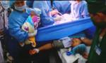Bà ngoại vỡ òa hạnh phúc chứng kiến cháu gái chào đời ở Trường Sa