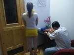 Nhân viên massage kích dục chiều khách để kiếm tiền bo