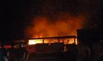 Cửa hàng tạp hóa bốc cháy trong đêm, lính cứu hỏa tận dụng nước cống chữa cháy