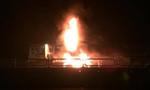 Xe tải đang lưu thông bốc cháy dữ dội trong đêm trên quốc lộ 1A
